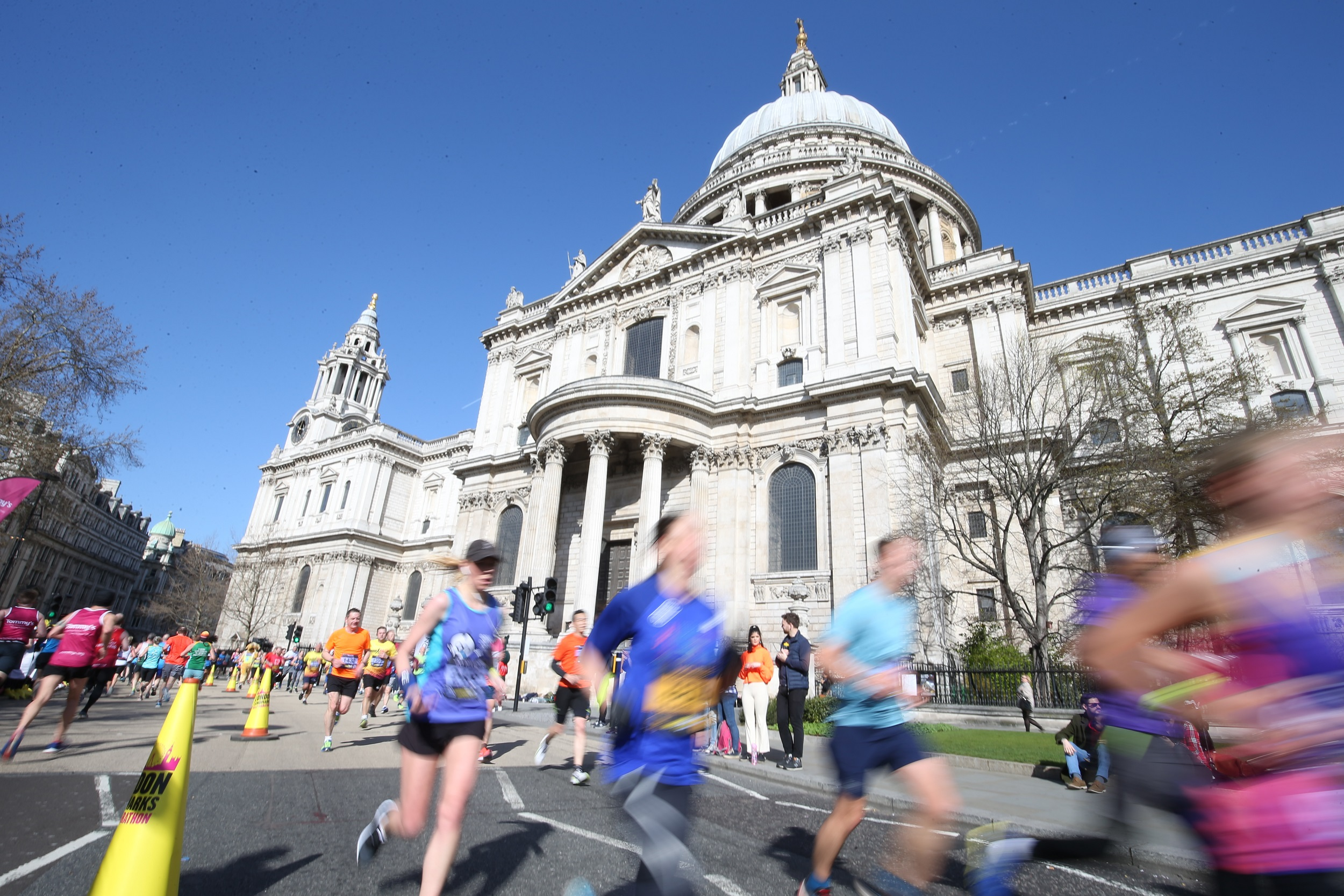 London Landmarks photo of runners outside St Pauls Cathedral